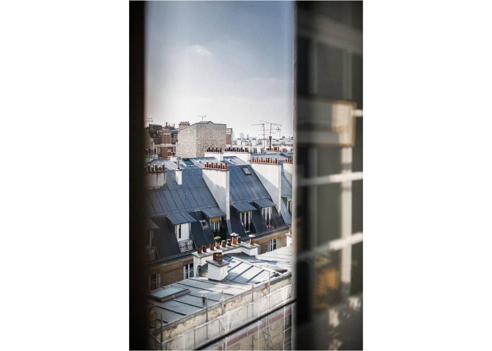 Par la fenetre. Paris.