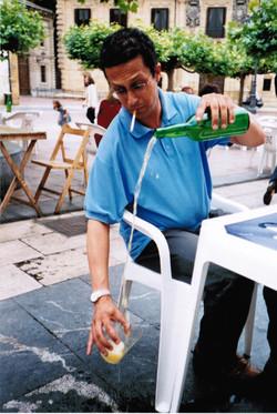 Escanciando sidra en una plaza de Oviedo