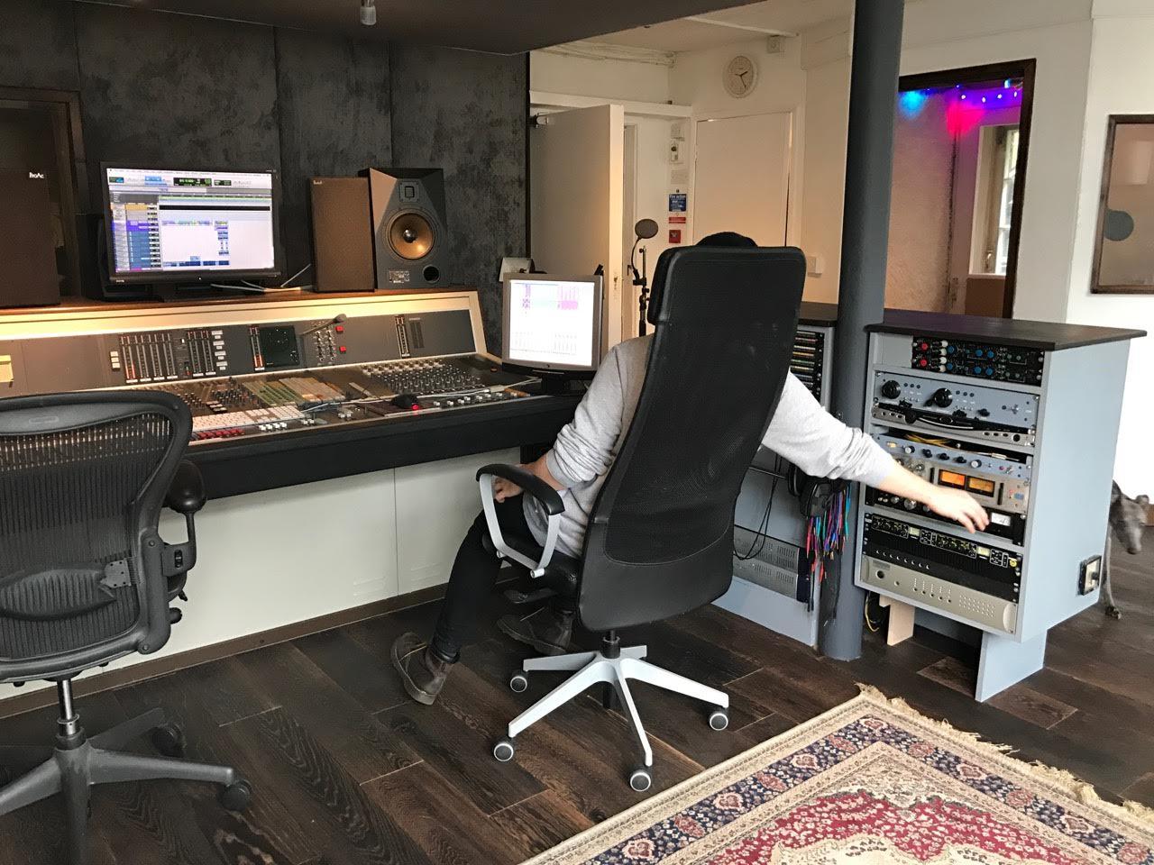 ST2 desk