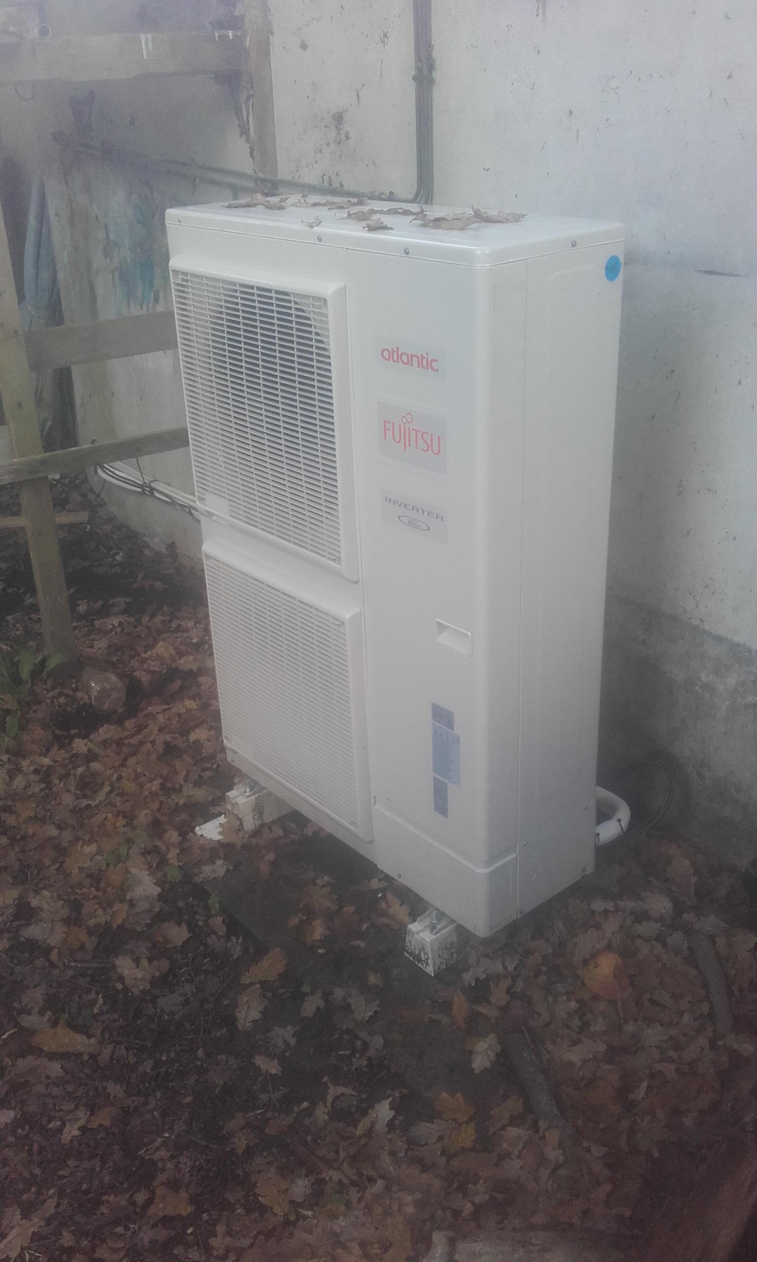 Pompe-à-chaleur-air-eau-ATLANTIC-couplée-avec-ballon-190-litres-dans-le-garage