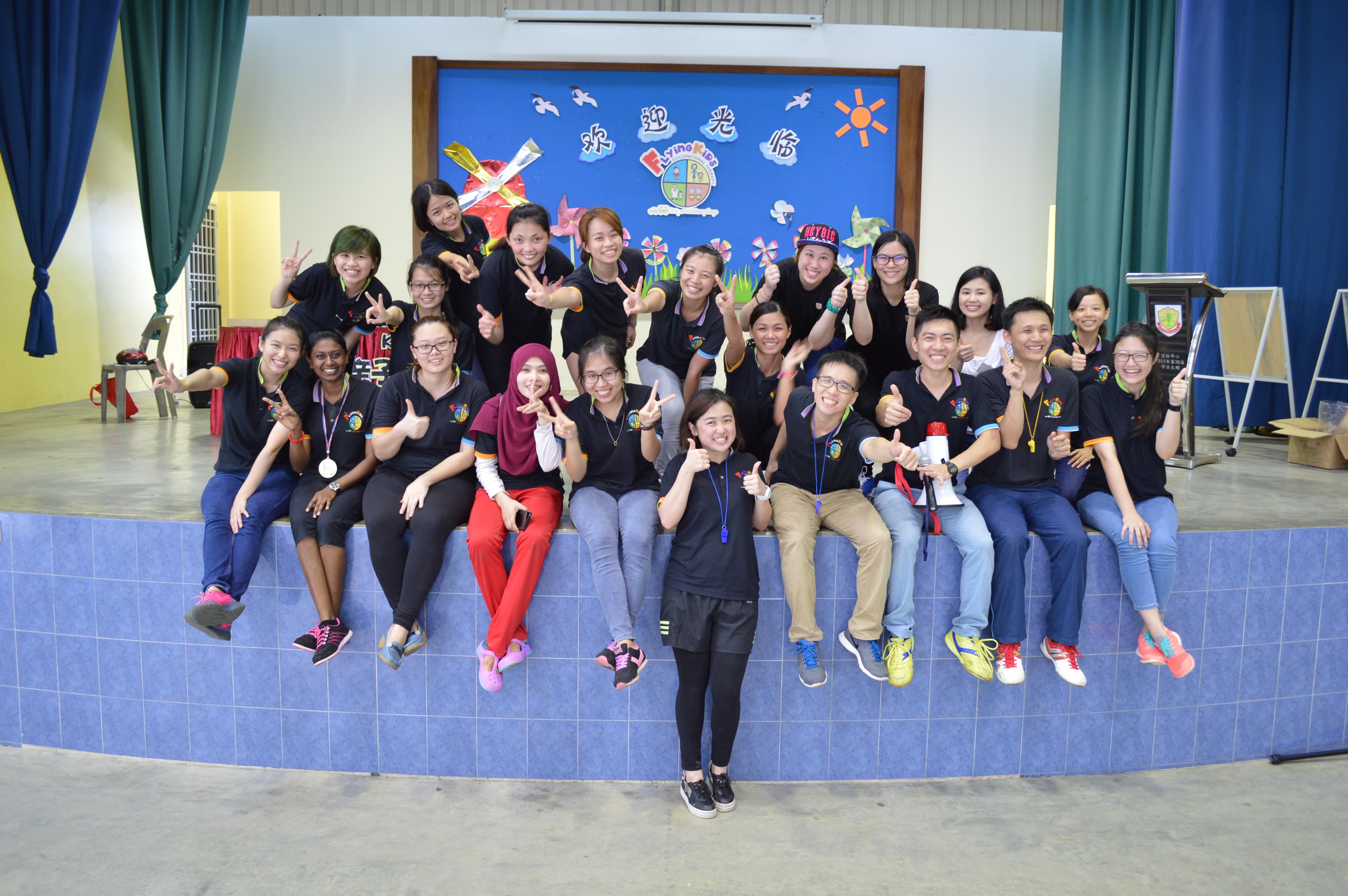 2016第一届亲子运动会工作人员大合照