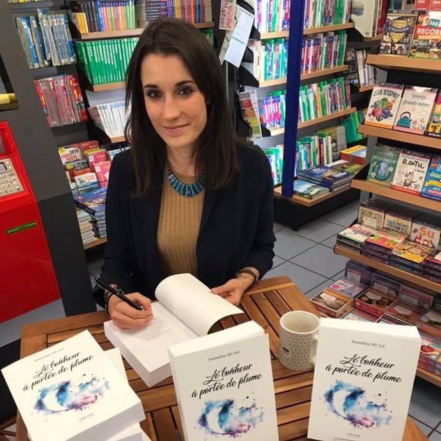 Amandine Ruas dédicace son roman Le Bonheur à Portée de Plume