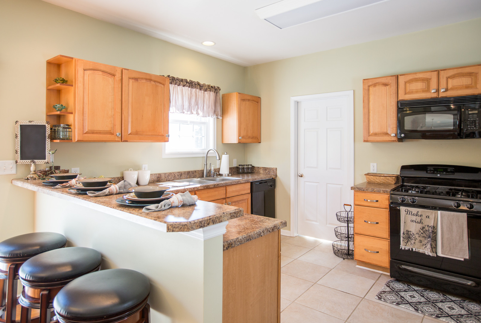Relaxed Living by Sams | Home Staging | Kitchen with bar