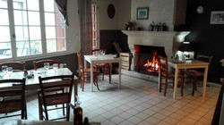 Une table au coin du feu