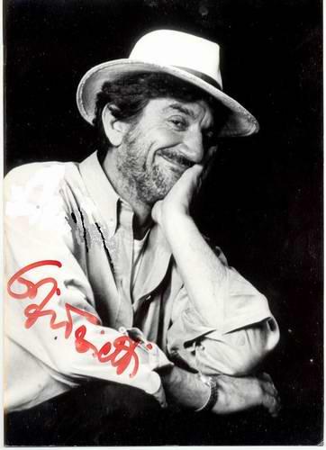 Gigi Proietti actor smiling autograph white hat
