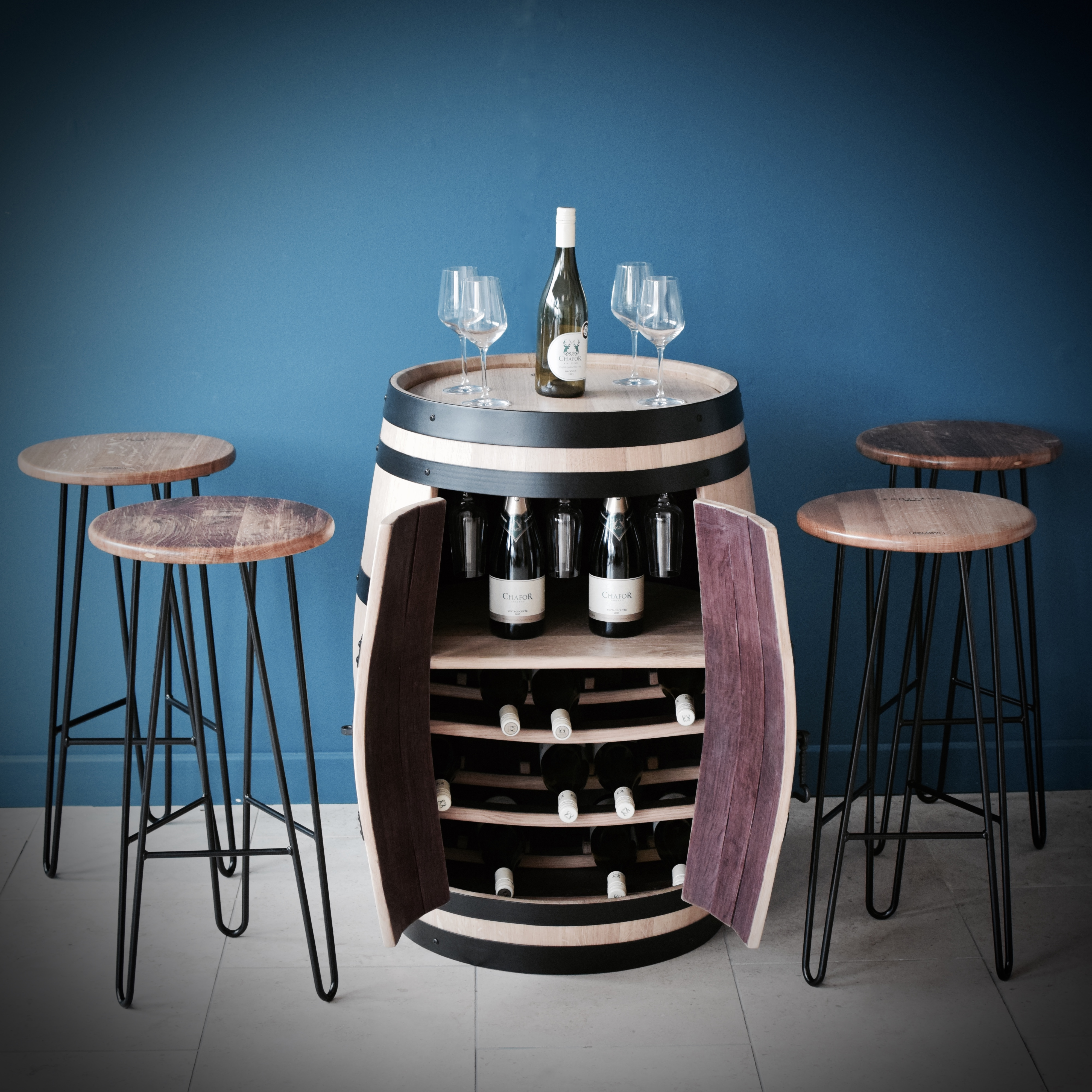 Yeagarup drinks cabinet & barstools