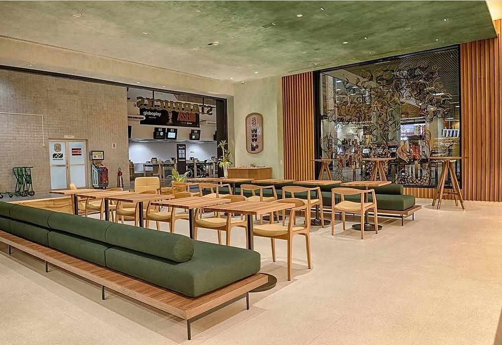 Verde aplicado no mobiliário e no teto com suavidade. Pintura do teto Atelier Adriana e Carlota