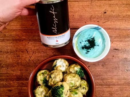 Frittatine di broccoletti e porri al forno con salsa di skyr alla spirulina e coriandolo