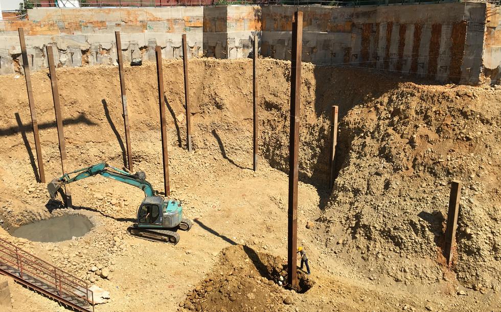 安全支撐中間柱吊裝與埋設