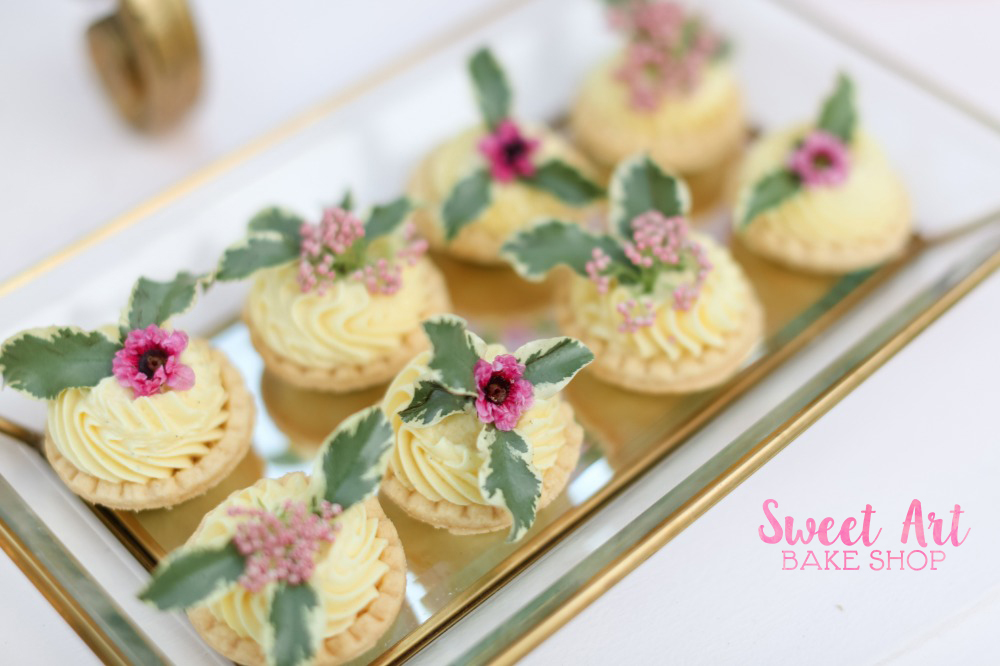 Tarts with flowers