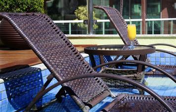 Cadeiras na piscina
