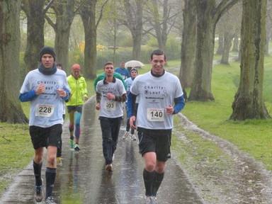 Athleten in Regenjacken: Laufen für Wohnungslose
