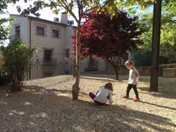 Nuestras hijas jugando en la plaza