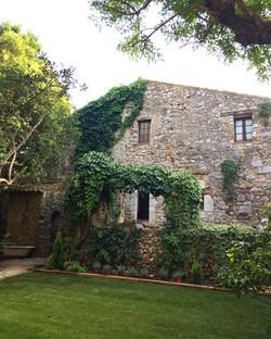 La fachada vista desde el jardín