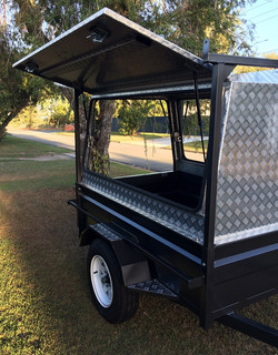 Trailer-canopy-with-rear-door