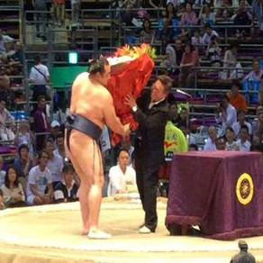 大相撲名古屋場所優勝力士花束贈