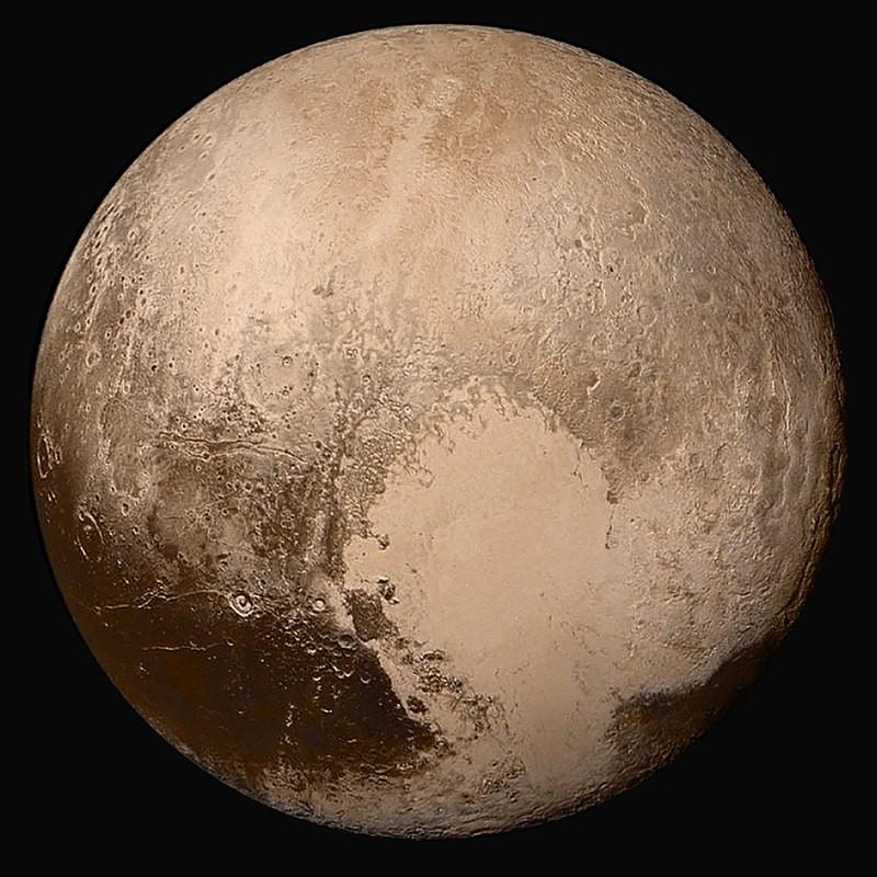 Fotografia em cores de Plutão, obtida pela sonda New Horizons em 14 de julho de 2015, de uma distância de 450 mil quilômetros.