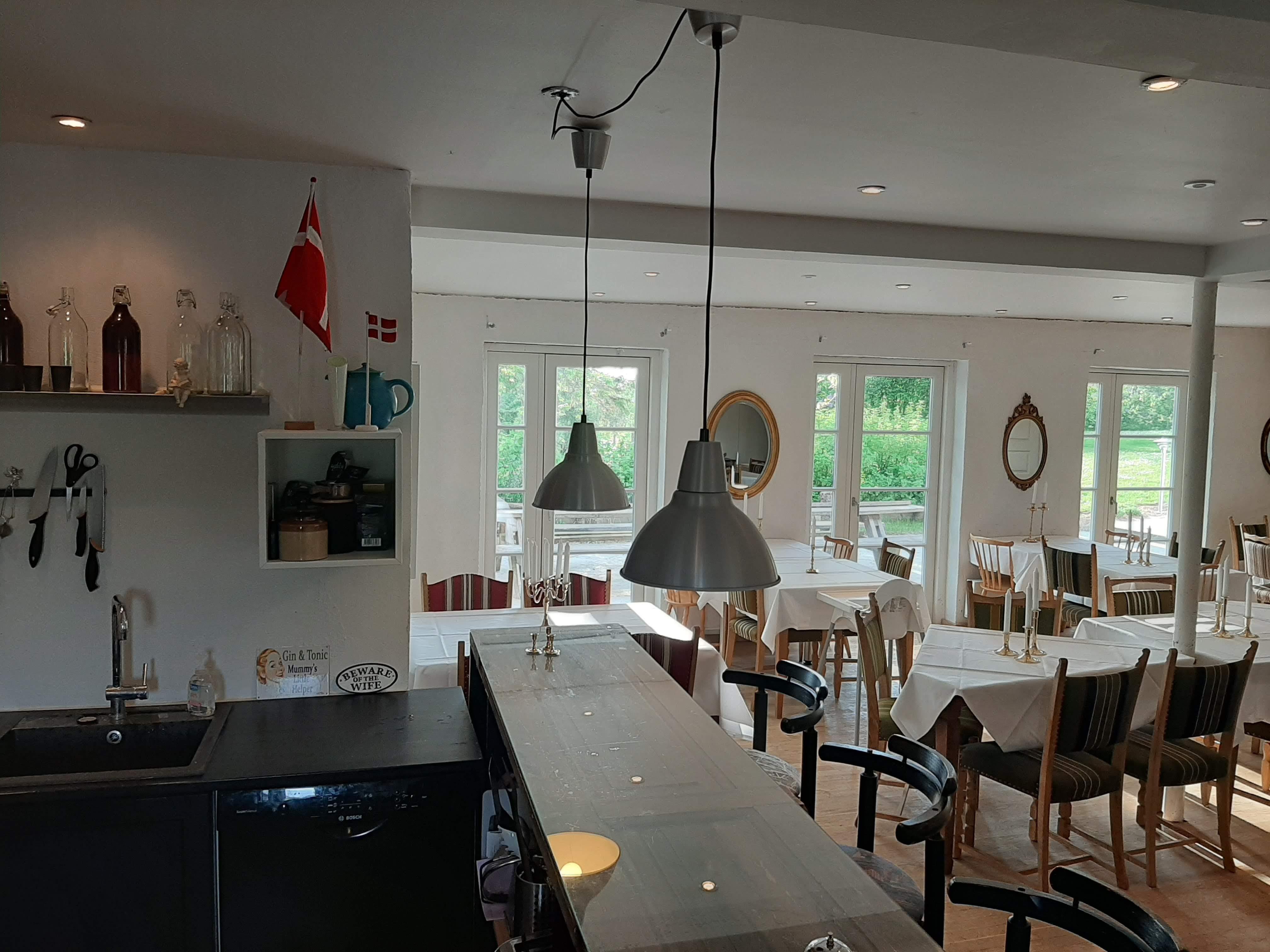 Cafeen med udgang til egen terrasse