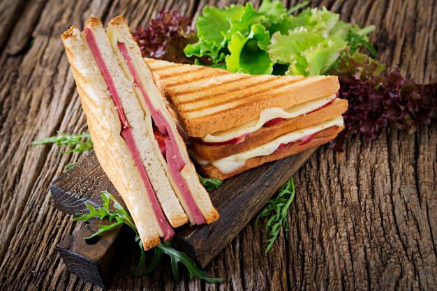 sanduiche-de-clube-panini-com-presunto-e