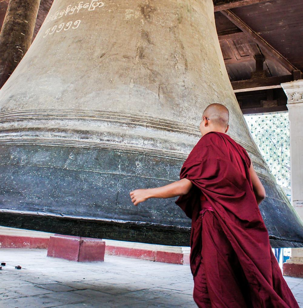moine frappant sur une cloche