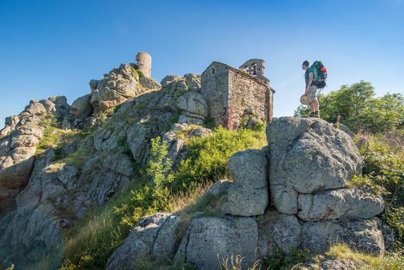 Chapelle et tour de Rochegude, sur les chemins de Compostelle (43) Crédit photo : © L. Olivier/Auvergne-Rhône-Alpes Tourisme