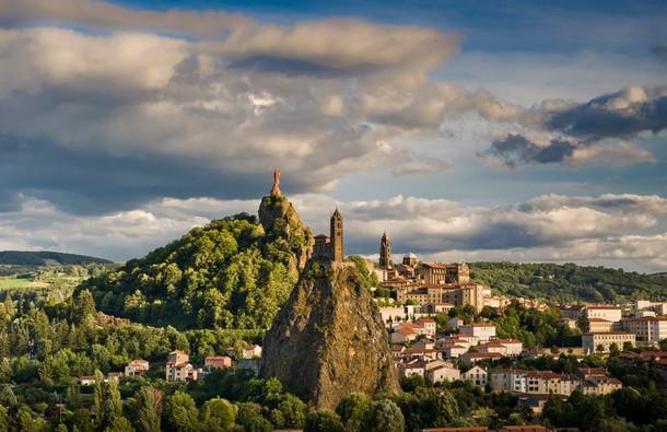 Le Puy-en-Velay (43) - chapelle Saint-Michel d'Aiguilhe et statue Notre-Dame-de-France Crédit photo ; © L. Olivier/Auvergne-Rhône-Alpes Tourisme