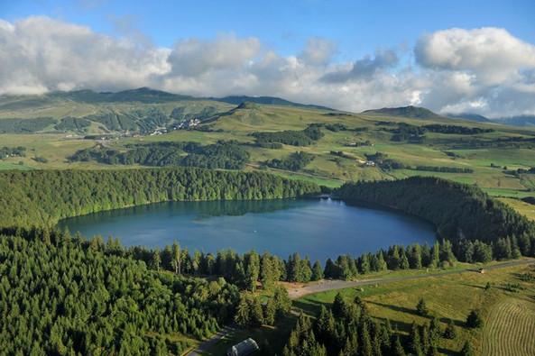 Le Lac Pavin - massif du Sancy (63) Crédit photo ; © J. Damase/Auvergne-Rhône-Alpes Tourisme