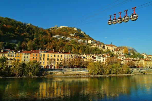 Grenoble (38) - les quais de l'Isère et et le téléphérique de la Bastille Crédit photo ; © P. Blanc/Auvergne-Rhône-Alpes Tourisme