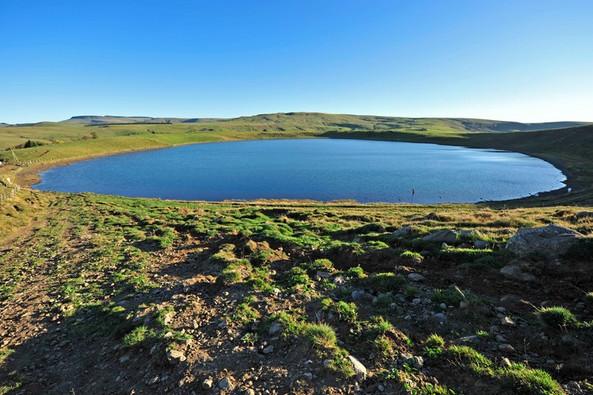 Lac de la Godivelle - massif du Cézallier (63) Crédit photo ; © J. Damase/Auvergne-Rhône-Alpes Tourisme