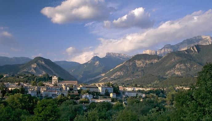 Die - Diois (26) (en fond, le Vercors) Crédit photo ; © P. Smit/Auvergne-Rhône-Alpes Tourisme