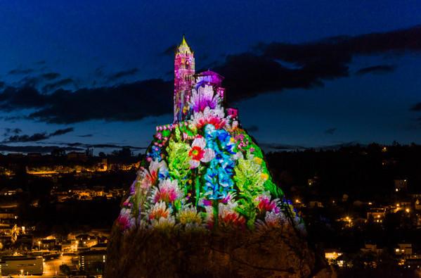 Le Puy-en-Velay (43) - Spectacle Puy de Lumières, rocher Saint-Michel d'Aiguilhe Crédit photo : © L. Olivier/Auvergne-Rhône-Alpes Tourisme