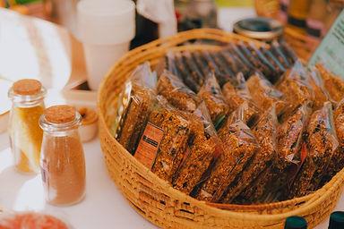 Granolas e barrinhas de cereal deliciosas em uma foto linda, expostas na melhor feira vegana do Rio de Janeiro. Incentive pequenos produtores.