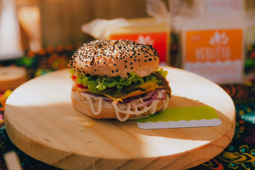 Hamburguer vegano delicioso em exposição na melhor feira vegana do Rio de Janeiro.
