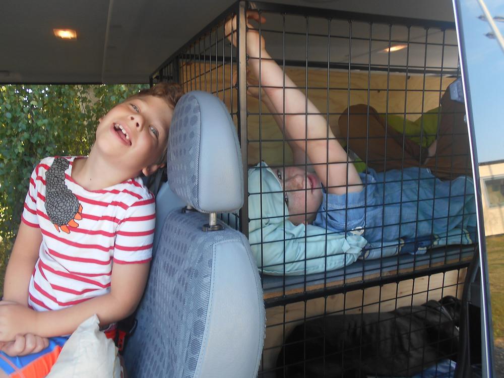 Glada barn på resa