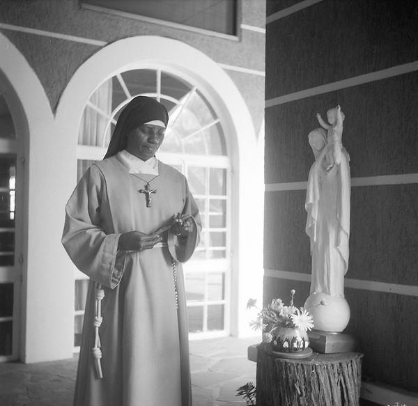 poorclaresisters09.jpg oeuvre artistique en noir et blanc argentique portraits de soeurs monastère des clarisses namibie ventes tirages d'art danièle verjus toulouse france