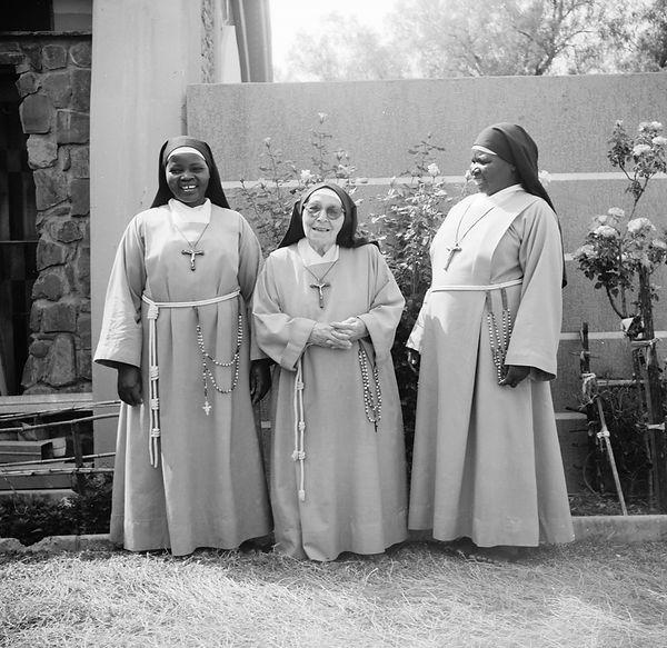 poorclaresisters11.jpg oeuvre artistique en noir et blanc argentique portraits de soeurs monastère des clarisses namibie ventes tirages d'art danièle verjus toulouse france