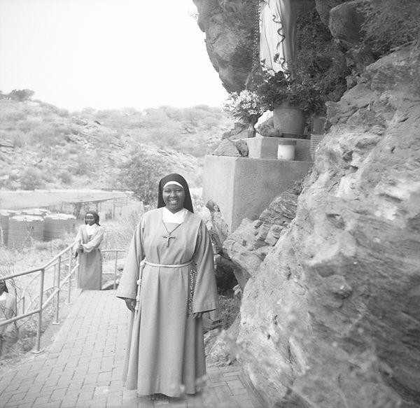 poorclaresisters17.jpg oeuvre artistique en noir et blanc argentique portrait de soeurs monastère des clarisses namibie ventes tirages d'art danièle verjus toulouse france