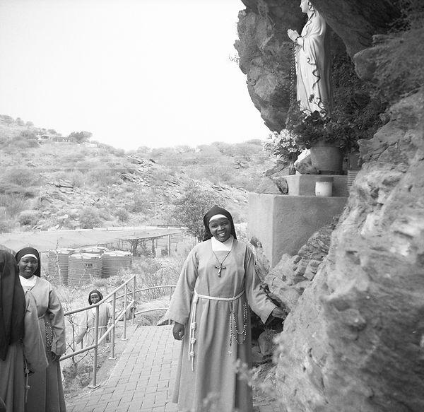 poorclaresisters02 (1).jpg oeuvre artistique en noir et blanc argentique portrait de soeurs monastère des clarisses namibie ventes tirages d'art danièle verjus toulouse france