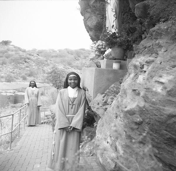 poorclaresisters03.jpg oeuvre artistique en noir et blanc argentique portrait de soeurs monastère des clarisses namibie ventes de tirages d'art danièle verjus toulouse france