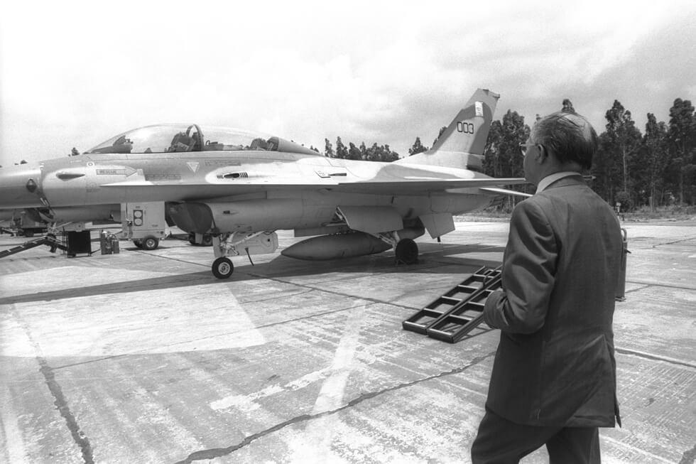 בגין ליד אחד ממטוסי האף-16 שהשתתפו בתקיפת הכור העיראקי, ב-16 ביוני 1981