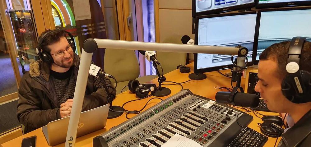 כתב התאגיד יואב זהבי (משמאל) ויניב כהן באולפן הרדיו הבינתחומי