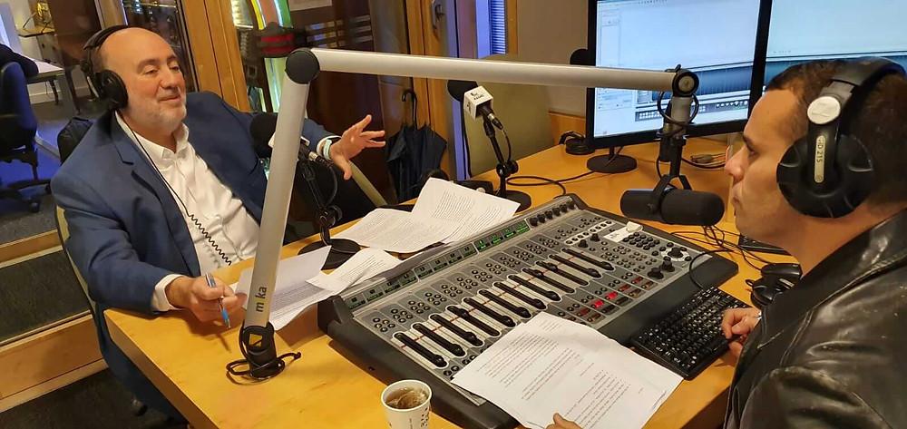 רון פרושאור (משמאל) ויניב כהן באולפן הרדיו הבינתחומי