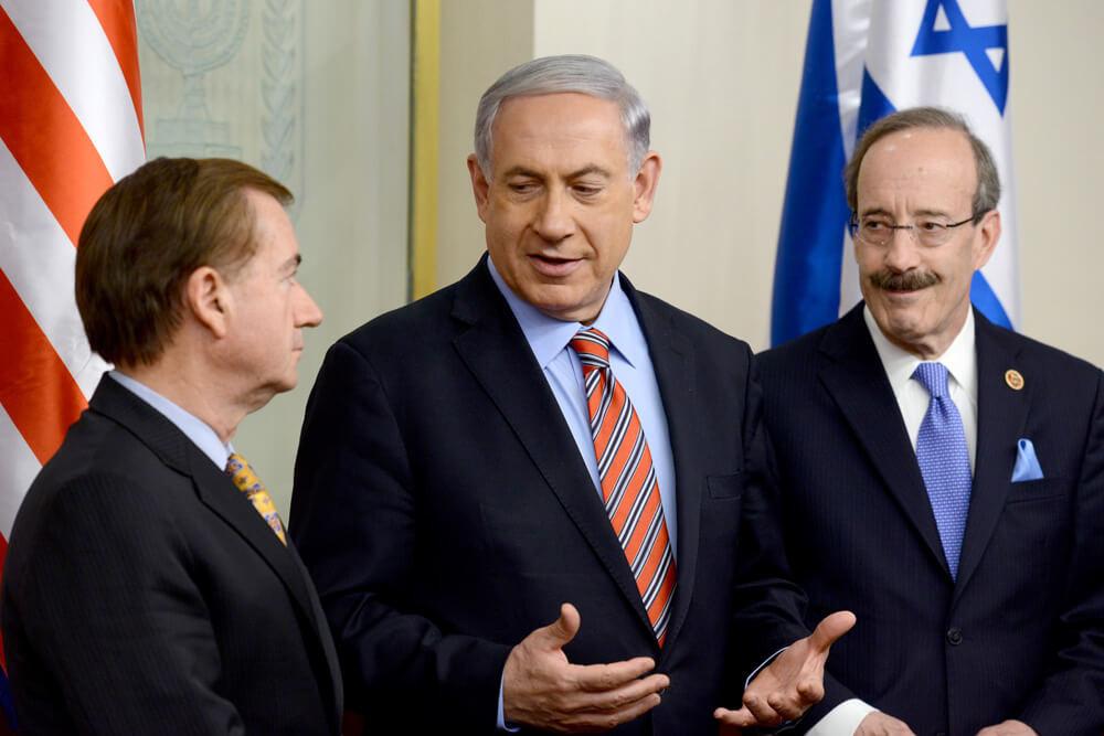 """רויס (משמאל) עם רה""""מ נתניהו והדמוקרט הבכיר בוועדת החוץ, אליוט אנגל, בירושלים ב-2013. שיתוף פעולה בין-מפלגתי נדיר"""