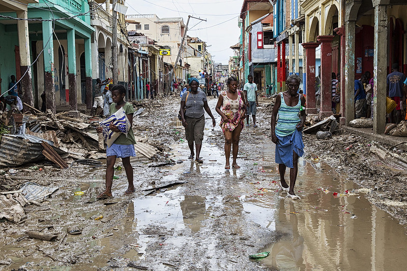 תושבי האיטי מביטים בנזקי הוריקן מת'יו, שהיכה באי באוקטובר 2016