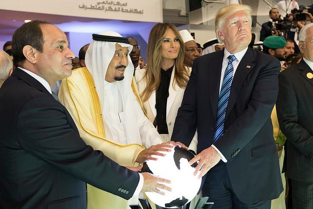 הזוג טראמפ עם סלמאן מלך סעודיה ונשיא מצרים א-סיסי בריאד, במאי 2017