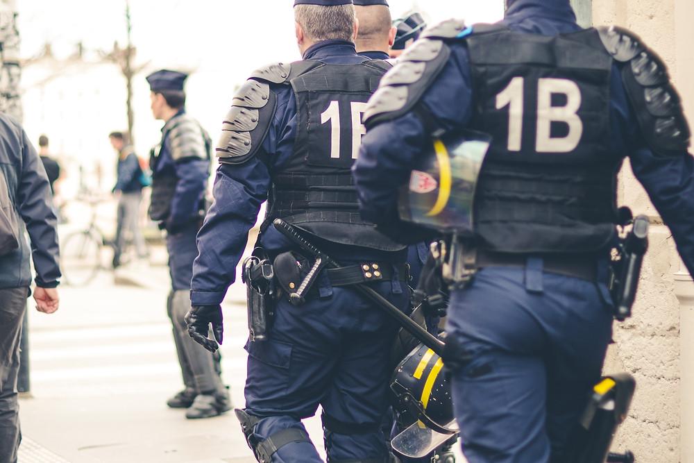 כוחות משטרה בעיר ליון בצרפת. המגמות נגד טרור במשפט הבינלאומי עשויות לסייע לישראל
