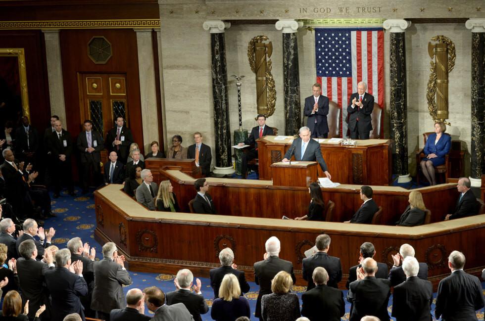 נתניהו בתום נאומו בקונגרס, במארס 2015