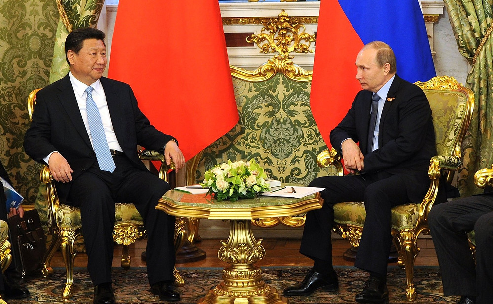Putin (R) and China's President Xi at the Kremlin, in 2015