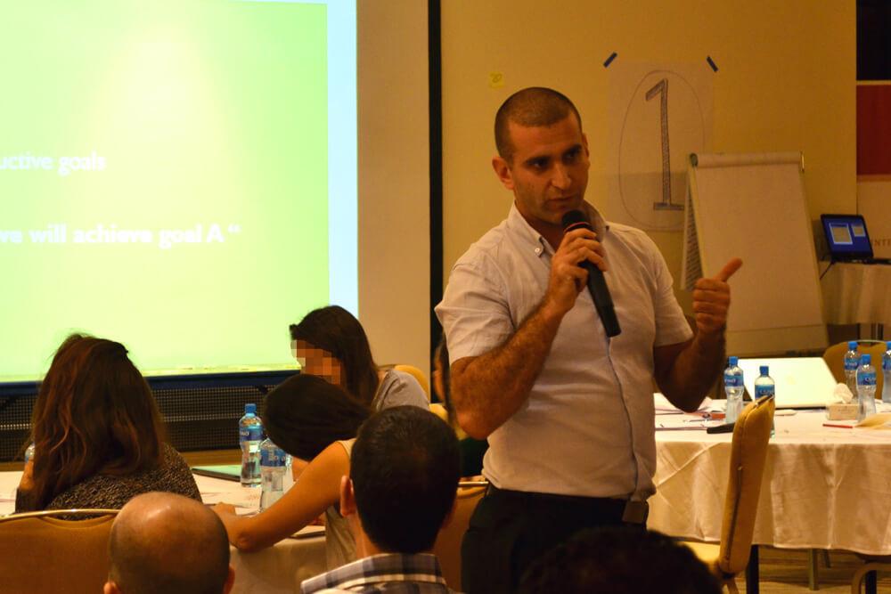 אריק סגל מנחה סדנה בפרויקט MENA Leaders for Change