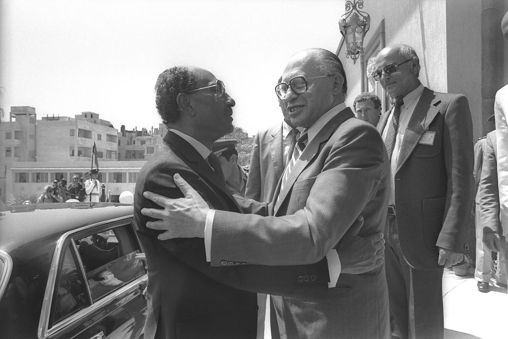 """רה""""מ בגין והנשיא סאדאת באלכסנדריה, אוגוסט 1981. שלום בין ממשלות, לא עמים"""